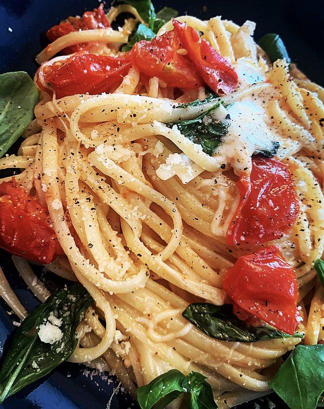 Tonight's dinner📍👨🍳🙏🏻🤙🏻 Tomato&Mozzarella Linguine #Cooking #Food #MeatFreeMonday 😋🙌🏻 https://t.co/JJpP0kjmTs