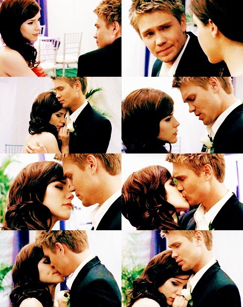 """I want to rewatch """"The Show Must Go On"""" season finale on @hulu because this is my favorite #brookedavis (#sophiabush) and #lucasscott (#chadmichaelmurray) as #brucas's beautiful kiss and dance scene this episode on #onetreehill.pic.twitter.com/WtDJma6xvX"""
