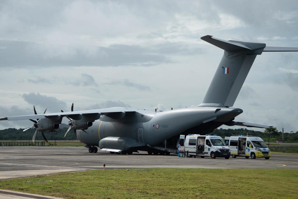 #Résilience ce jour, nouvelle évacuation sanitaire Covid + vers les Antilles avec #A400M.  De retour en Guyane, la chaîne de désinfection est prête à recevoir l'équipage de l'A400M MEROPE.  #MondayMotivation les missions se poursuivent 👊 https://t.co/64VynZl1UG