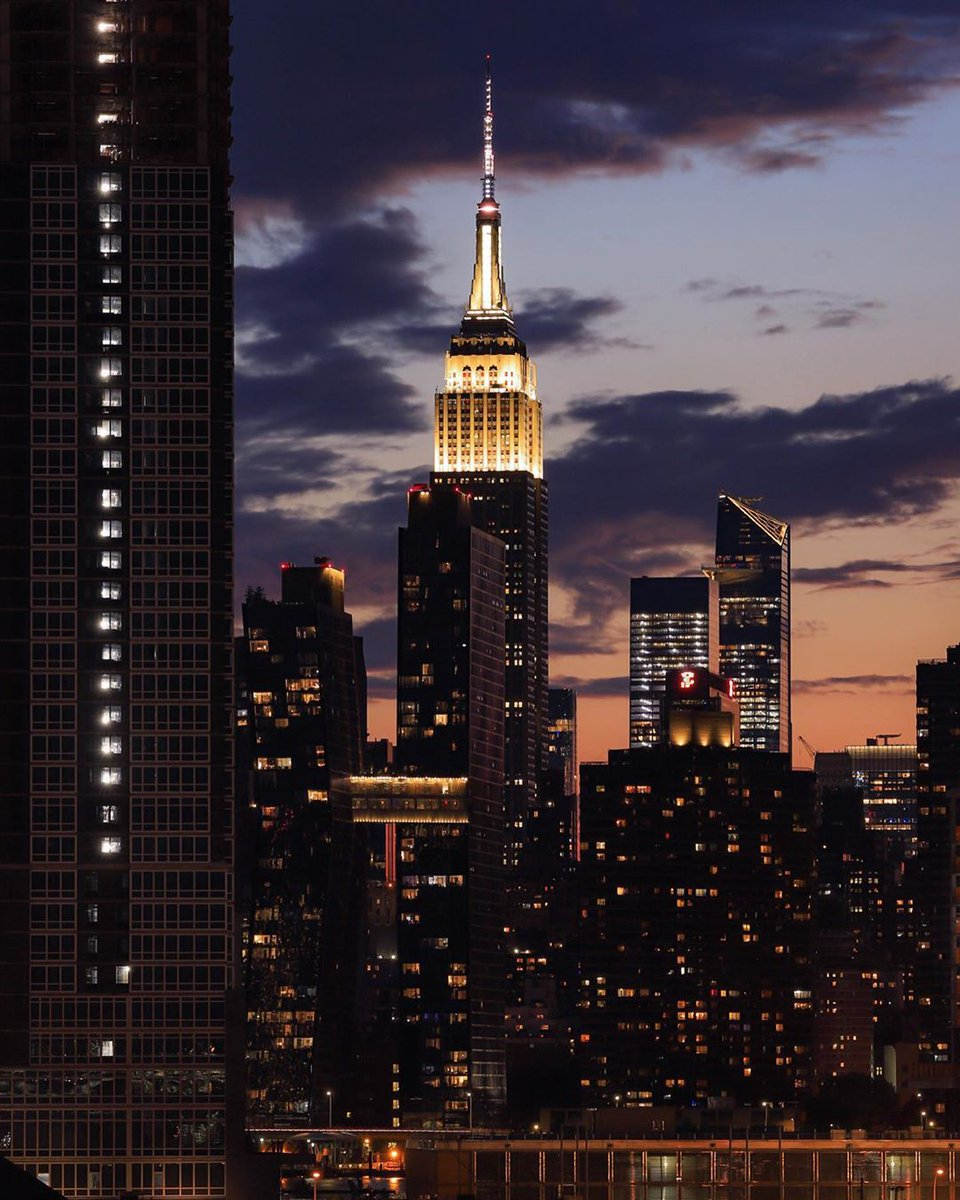 Brightening up the skyline with our iconic white lights & hourly first responder sparkle for the next three nights, followed by 5 min of darkness at 9PM for all those impacted by COVID-19. #ESBright  📷: @marmax_nyc https://t.co/c3Vw6D6tpm