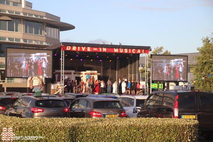 Drive in Musicals bij Westerlee op het parkeerterrein van de Rabobank is vanavond van start gegaan. https://t.co/nwnpgRjJQa