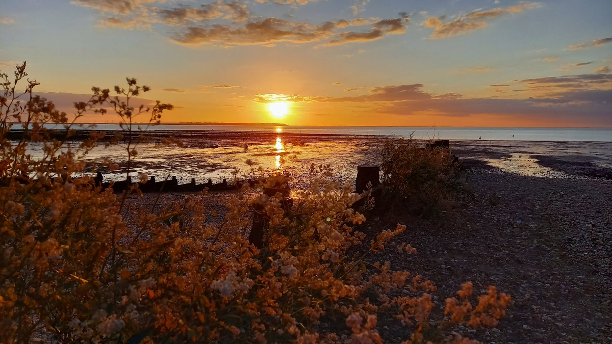 Quiet and calm.  #Whitstable #Sunset pic.twitter.com/PCK1kadsR2