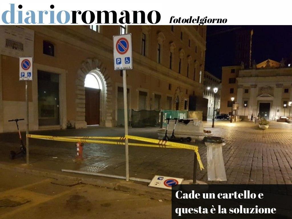 test Twitter Media - Il solito nastro giallo, nel cuore di Roma, a piazza S. Silvestro. In una #città normale quel cartello sarebbe stato rimesso al suo posto. A #Roma resta così‼️🤦🏻♂️ . #foto #lettori 📸 https://t.co/VrroaRmlqG