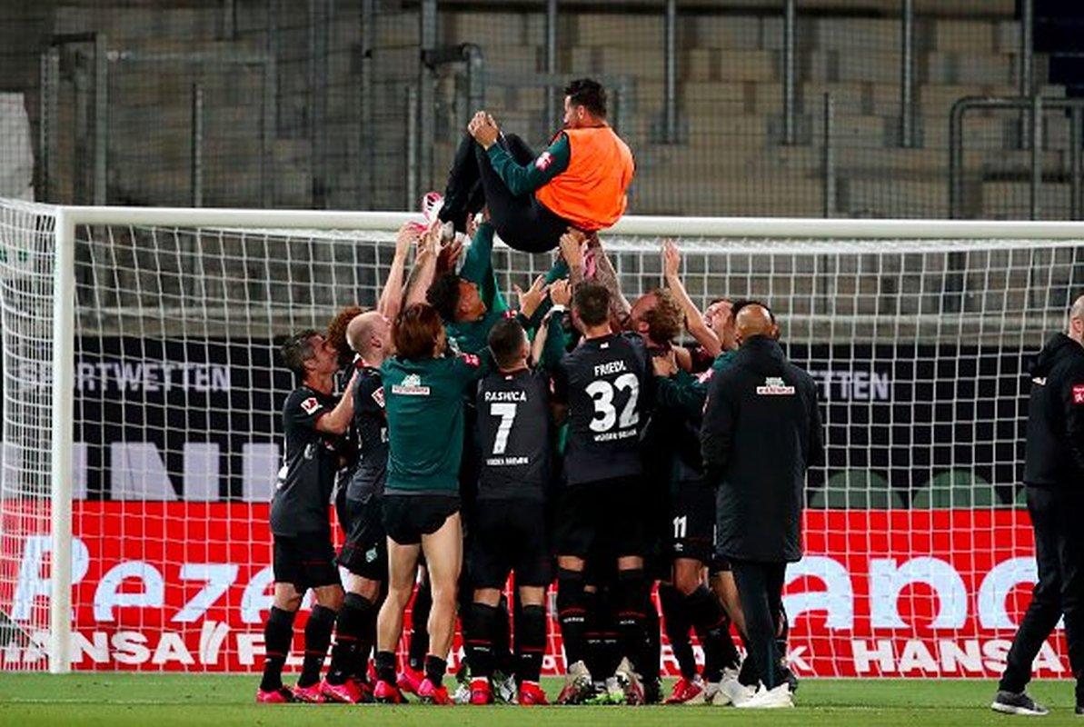¡GRACIAS CLAUDIO! Werder Bremen 🦎 se salvó del descenso y Claudio Pizarro 🇵🇪 celebró cargado por sus compañeros como despedida. El delantero peruano pone fin a su carrera en el fútbol con 41 años, siendo ídolo y referente de la Bundesliga 🇩🇪. #QuédateEnCasa https://t.co/o22PCgd7cV