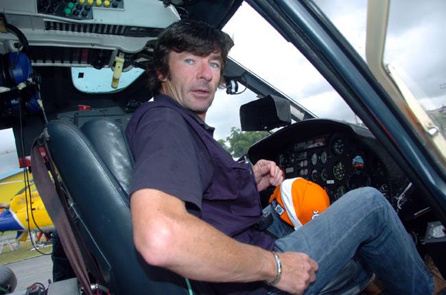 Una vez retirado se mete a piloto de helicóptero, incluso pilotando en etapas del Giro. Lejos de mentalidades como la de Zabel de coleccionar hasta los dorsales se desprende de todos sus maillots y trofeos. En la carretera un ciclista menos, en el cielo una estrella más: https://t.co/YhUjta2oJM