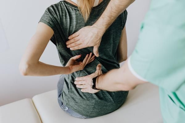 If you're in the 80% who experience #backpain your spine will love these practical #backhealth tips in our latest #blog article https://t.co/lODr2P34O9 Stand Up To Back Pain! 💃 #backpainrelief #QuarantineLife #healthy #chiropractic #posture #chiropractor #mondaymorning #exercise https://t.co/tI1Ca7os0C