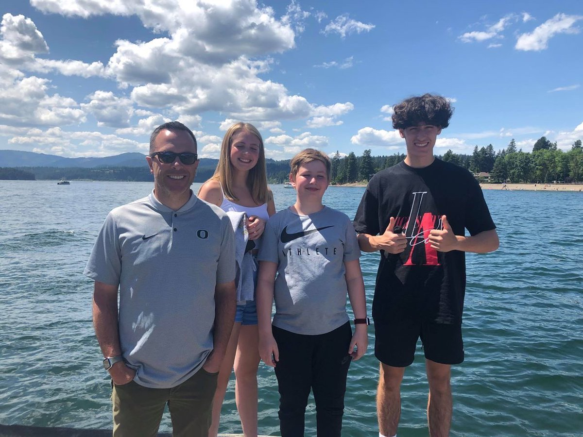 A horrible loss for the Lake Oswego community. Sean Fredrickson's wife, April, tells me her husband & their 3 children boarded a float plane at Lake Coeur d'Alene yesterday. Their plane & another collided over lake, then sank. 8 people believed to be dead, per @KootenaiSheriff https://t.co/DyA7jkQHHZ