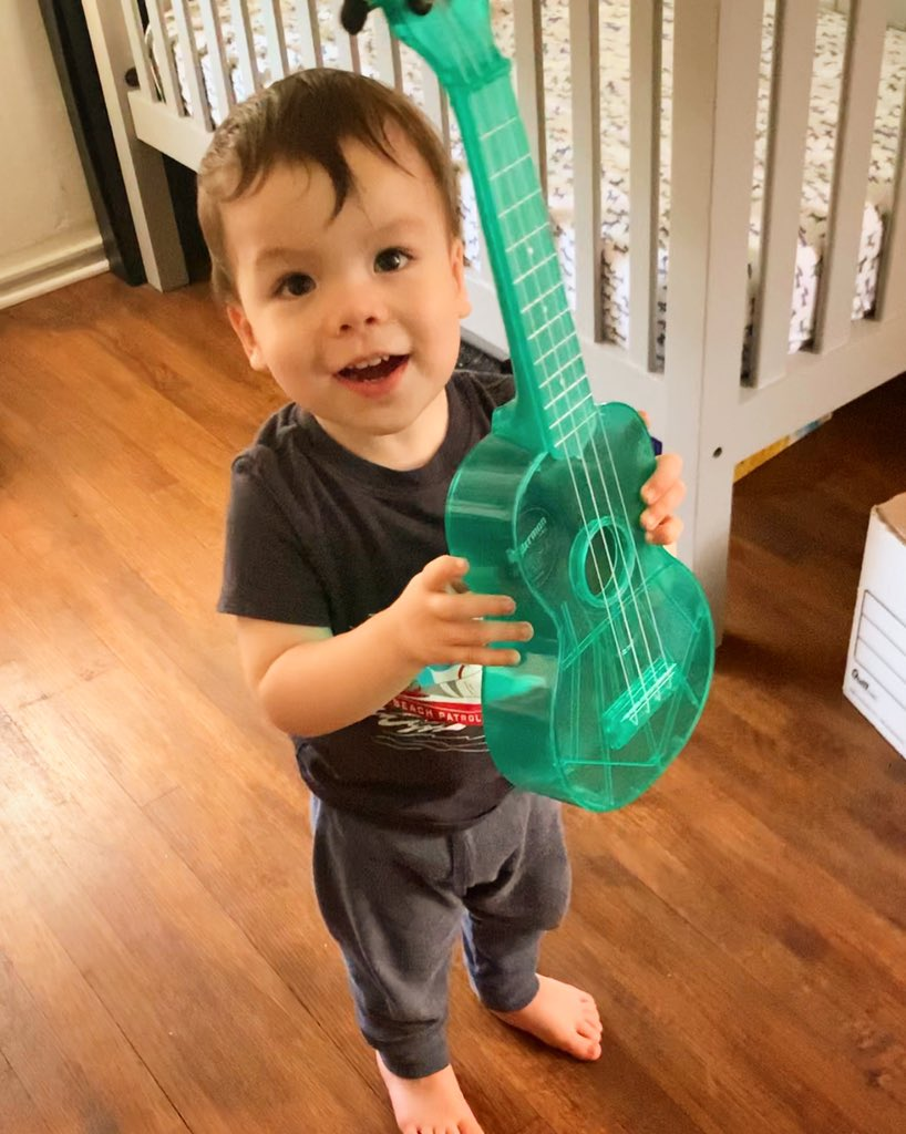 Working on what I think will be the first ever ukulele unboxing video hosted by a one year old!  <br>http://pic.twitter.com/AQIz8YJtoj