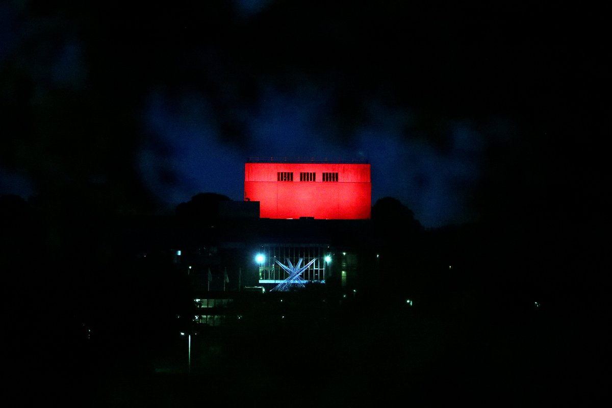 Theatr Clwyd in Mold is lit up red to highlight the emergency facing the arts industry and it's funding. @ClwydTweets @tamaracharvey #forthearts #theatres #photography #photojournalism @northwaleslive #theatrclwyd #mold #northwalespic.twitter.com/icmzA9Xucp