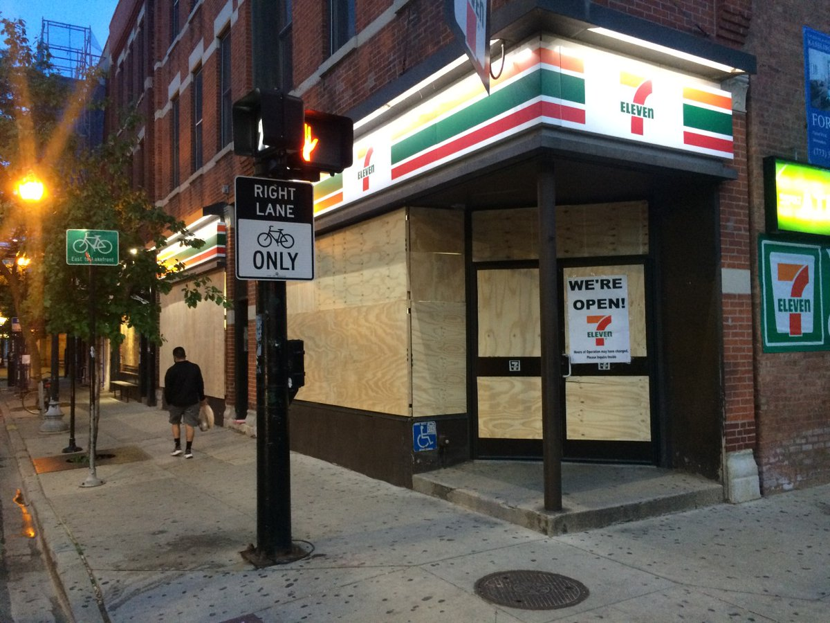 June 5 vs July 5 evolution of this 7-11's plywood storefront.   #ChicagoProtest #ChicagoProtests #ChicagoRiotspic.twitter.com/nNpGaaSfLK