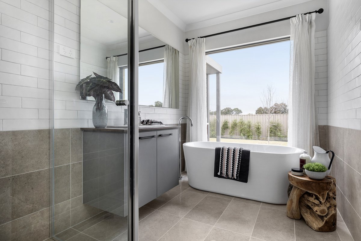 Perfectly designed for family living, the beautiful Freedom by Metricon Whittlesea is on display is Epsom (Bendigo). Featuring an impressive raked ceiling in the living area & spacious master bedroom suite– this is a home not to be missed. Explore today: https://t.co/Ng2SEKTMV1 https://t.co/3KI5NxmYEX