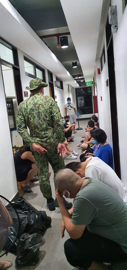 More or less 50 foreigners, who are believed to be Chinese nationals, were arrested in Makati City over alleged involvement in illegal POGO ops. 📸: SPD | via @annafelicia_ https://t.co/mbzFdcpgNe