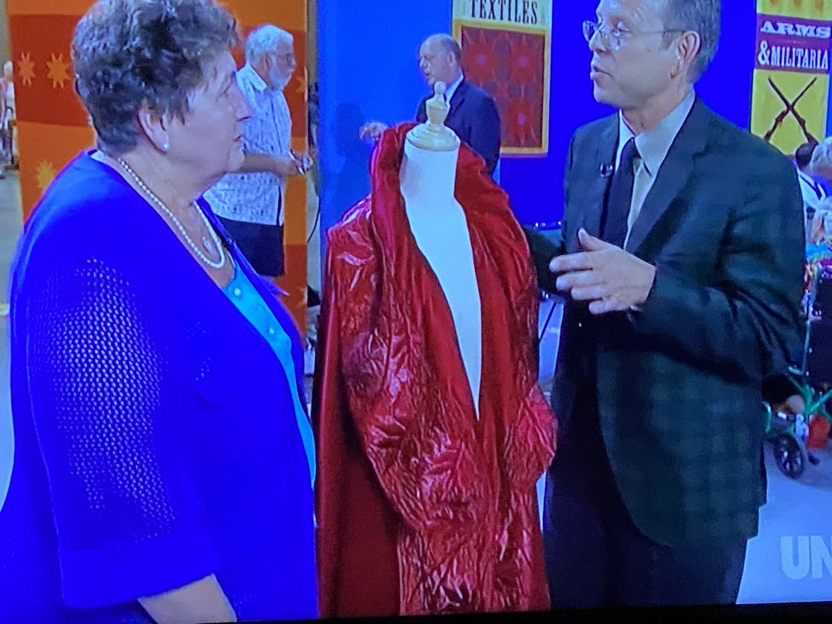 #Chanel #Couture pick me up off of the floor y'all  #AntiquesRoadshow @RoadshowPBS #gorgeouspic.twitter.com/ywcJ3apoU5