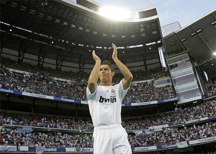 A 11 años de este momento. En el Bernabéu asistieron 85.000 personas para ver la llegada de #Cristiano #Ronaldo 🤩👏🏼  Sus números a su llegada:  👕323 partidos ⚽️123 goles 🅰️68 asistencias 🥇3 #PremierLeague 🎖1 #FA 🎖2 C de Liga 🎖3 supercopa 🏆1 #UCL 🏆1 Mundial de clubes https://t.co/OHcXNRjEPL