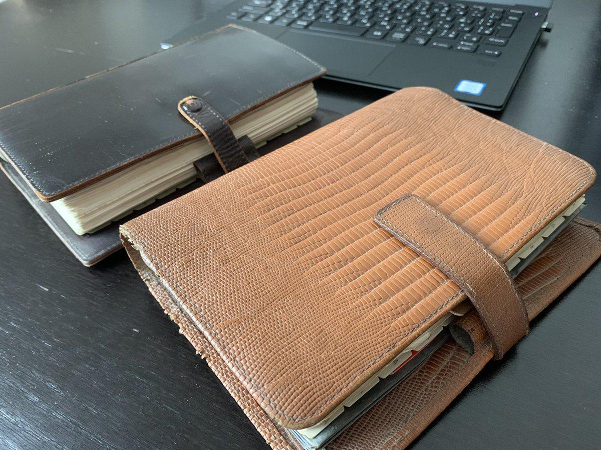 1999年までこんなブ厚い手帳を使っていて、中を見るとKとかMとかYとか暗号が書いてあって思い出すのに苦労する。親父の遺品整理で出てきた手帳に、家族の誰もが知っていた「久子さん」の名前を「久男」と書いてあったのを思い出して、この手帳を早く処分しなければと思った♨️