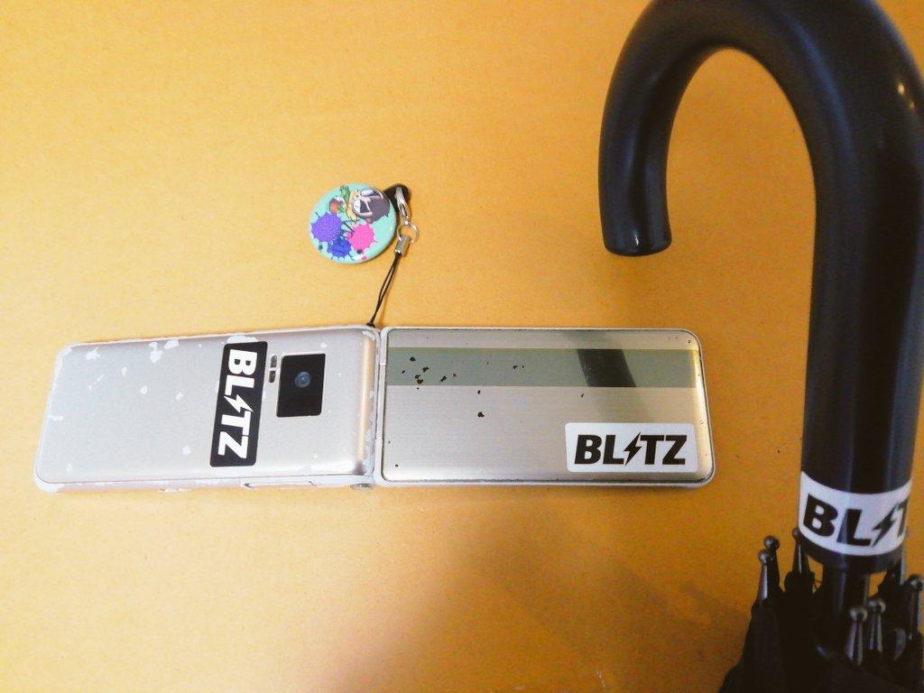 BLITZさんにいただいたステッカーでガラケーと傘をステッカーチューニング!!!これでガラケーの通話感度と傘の撥水性が!╮(. ❛ ᴗ ❛.)╭#BLITZ