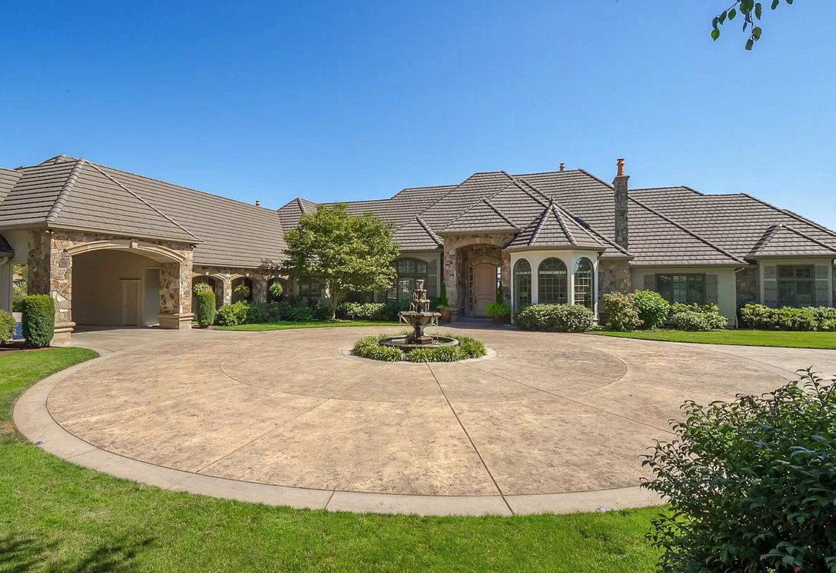 .@MeyersLeonard sells Oregon residence for $2.8 million  https://t.co/QrxU80l1Z4 https://t.co/zYTlxyoBLA
