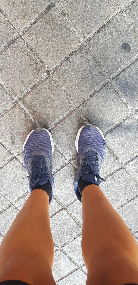 -Algo me dice que debería comprarme unas zapatillas nuevas. https://t.co/ikU76zasQP