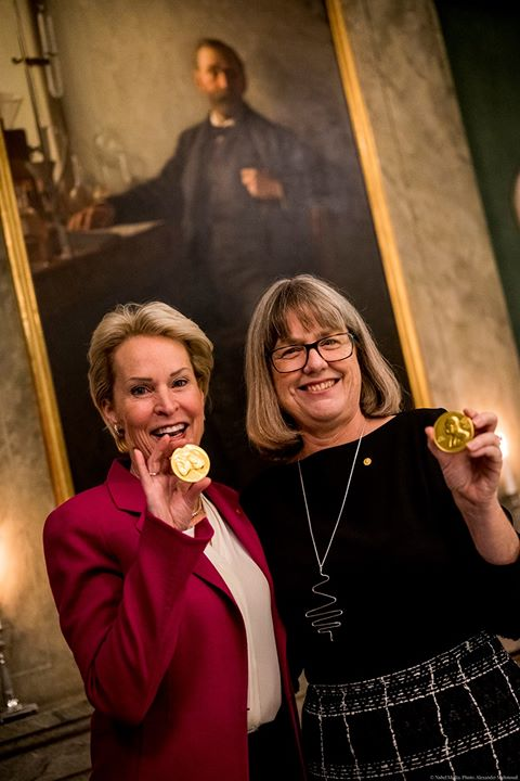2018 Nobel Laureates @francesarnold and Donna Strickland show off chocolate versions of their #NobelPrize medals. Chemistry Laureate Arnold conducted the first directed evolution of enzymes, while Physics Laureate Strickland revolutionised laser technology. #WorldChocolateDay