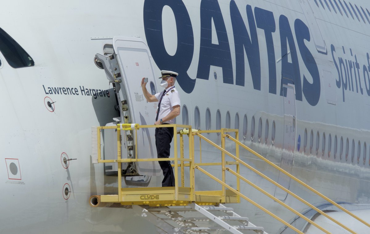 And of course…Capt. needs a #selfie #Qantas #VCV #A380 ⁦@Qantas⁩