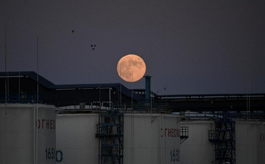 Oil prices fall on demand concerns from U.S. coronavirus case surge https://t.co/SHNwlNcccG https://t.co/VdzPbRJqmJ