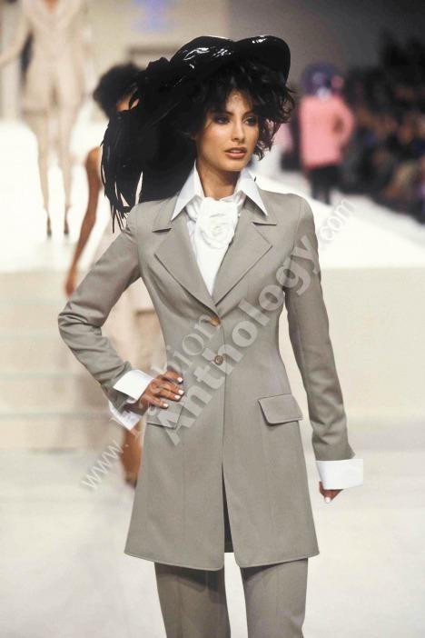 Las modelos mexicanas que han desfilado para Chanel, la marca más importante y la que todas las modelos sueñan caminar, solo han sido 5 en toda la historia.  La primera fue Elsa Benítez, originaria de Hermosillo, Sonora. Elsa desfiló dos veces, spring 1997 y fall 1997. #Chanel https://t.co/9eUsIXfOf3