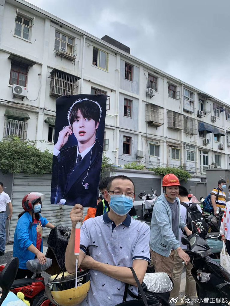 Today is China's college entrance examination. At the end of the Chinese exam, a father brought Jin's slogan to pick up the child home in order to help his child find himself.#JIN #BTS #진 #석진 https://t.co/6azpshpQbU