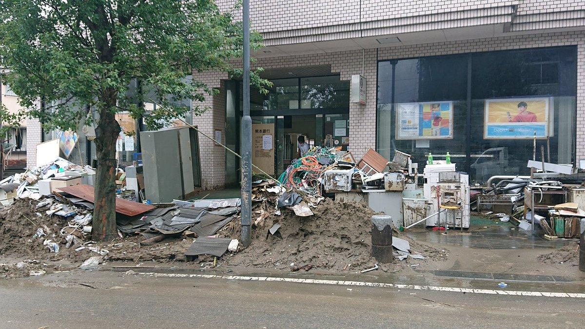7月7日、七夕の人吉市。 見れば見るほど壮絶です。 高校生が「手伝わせてください!」と 泥まみれになりなりながら 作業を手伝ってくれました!