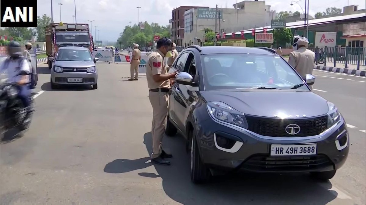 Checking of travellers being done at Zirakpur, Mohali district after Punjab Government made e-registration for travellers to the state mandatory.  #COVID19 https://t.co/27rEGelK8I