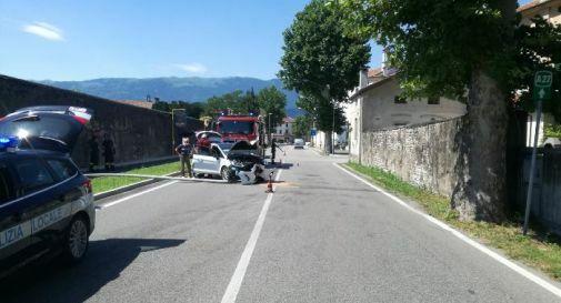 Vittorio Veneto, perde il controllo dell'auto e ab...