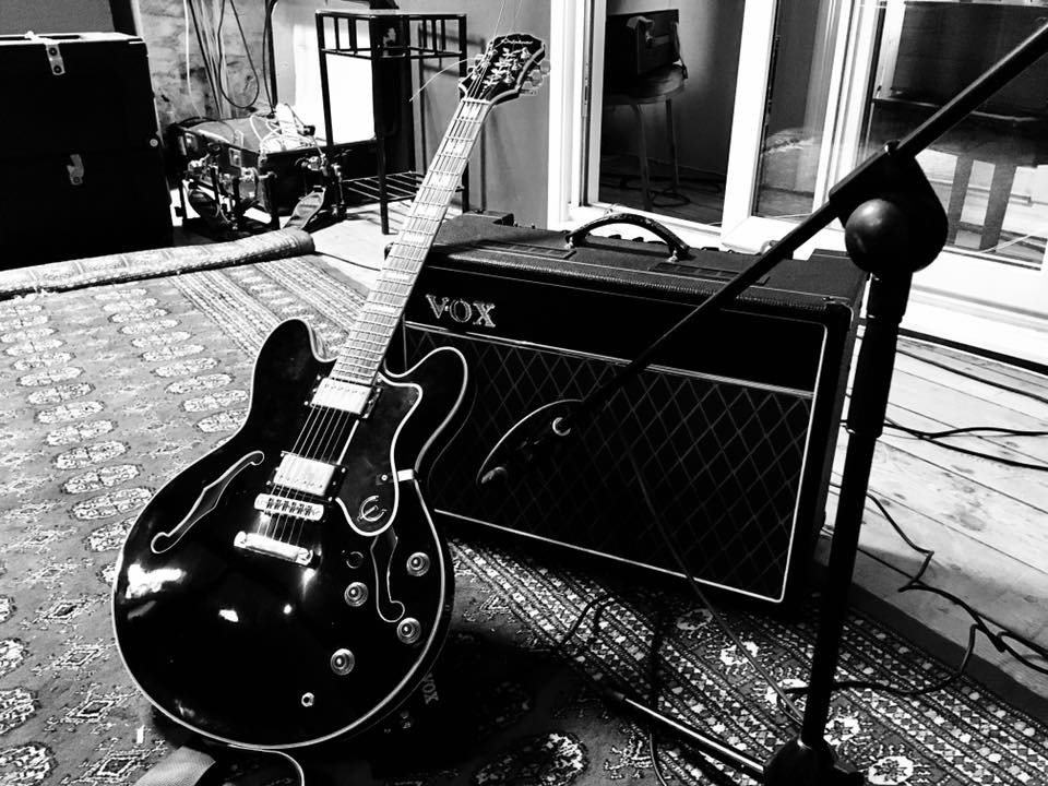Playmates of choice @Epiphone Sheraton and @voxampsuk AC15 at @middlefarmrec These two had a big impact on the sound of our new album 'The Wildlight' which I termed 'The Apocalyptic Deset Horizon Kiss' you can hear here on pre-release ltd edition cd: https://bit.ly/2Ir3Yi0pic.twitter.com/t5Kc6rn9DB