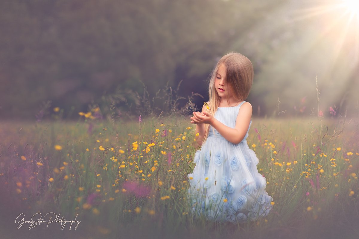 The Wonders of a Meadow.  #graystarphotography #childrensphotographer #awardwinning #oxfordshirephotographer #authentic #magicofchildhood  #love #dream #create #moments #memories #yellow #meadowpic.twitter.com/8y6a711I3Z