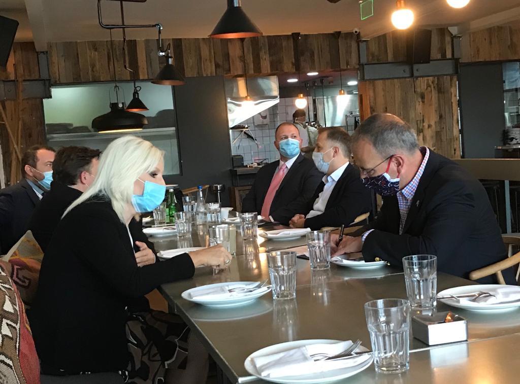 Drago mi je što sam imao priliku da se, uz doručak, sastanem sa našim partnerima iz Kongresa srpsko-američkog prijateljstva (naravno postujuci sve propisane mere socijalne distance). Radujem se zajedničkom radu u narednim godinama.   Inace uštipci u Ambaru su neverovatni.  #KSAPpic.twitter.com/Epz2hqmD0q