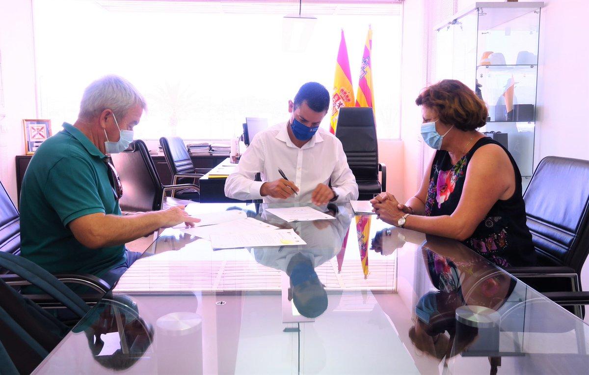 Hoy hemos firmado con el @sant_antoni el convenio de colaboración para el programa social #UnMardePosibilidades. 💙  #programa #social #ClubNáuticoIbiza #Ibiza https://t.co/1bUXCBqepy