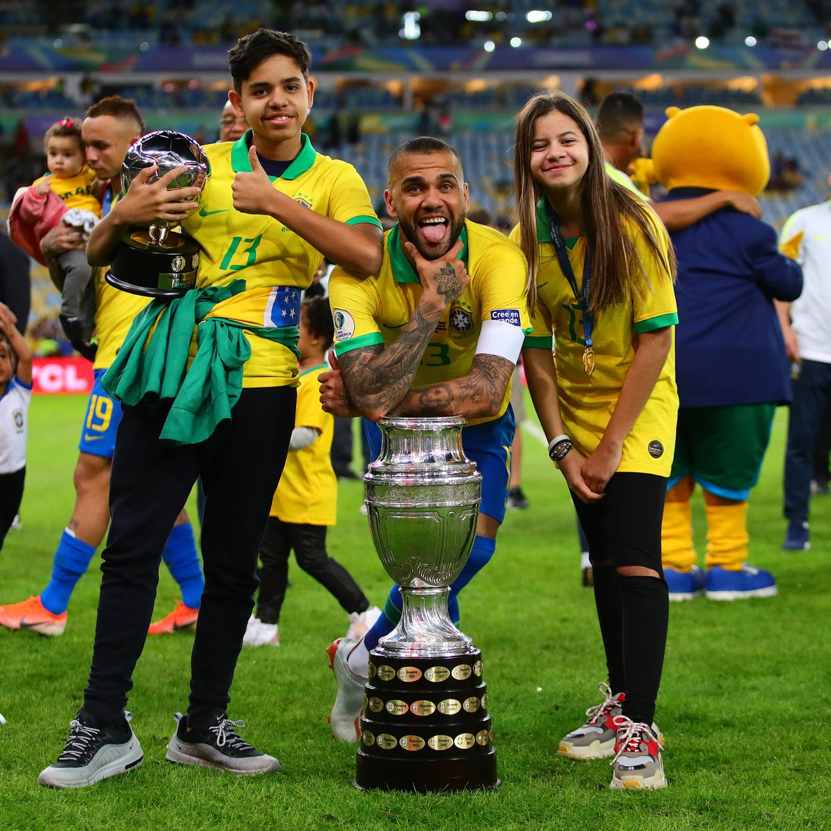 🏆🏆🏆🏆🏆🏆🏆 🏆🏆🏆🏆🏆🏆🏆 🏆🏆🏆4️⃣🏆🏆🏆 🏆🏆🏆0️⃣🏆🏆🏆 🏆🏆🏆🏆🏆🏆🏆 🏆🏆🏆🏆🏆🏆🏆  📅 1 Year Ago Today:  ✅ @DaniAlvesD2 became the 1st player EVER to win 40 trophies in his career. https://t.co/bIq74RluBT