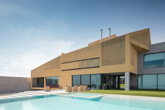 😳 ¿Una #piscina integrada en un antiguo granero? #Pad10 #architects lo ha hecho posible con #CasaBaraka en #Kuwait. De nuevo triunfó una piscina blanca de aguas cristalinas para ampliar los espacios. 😍 👀 Mira el proyecto 👉 https://t.co/bWtqmcWmKa #PiscinasdeDiseño #Marbella https://t.co/Tj86aVYR1b