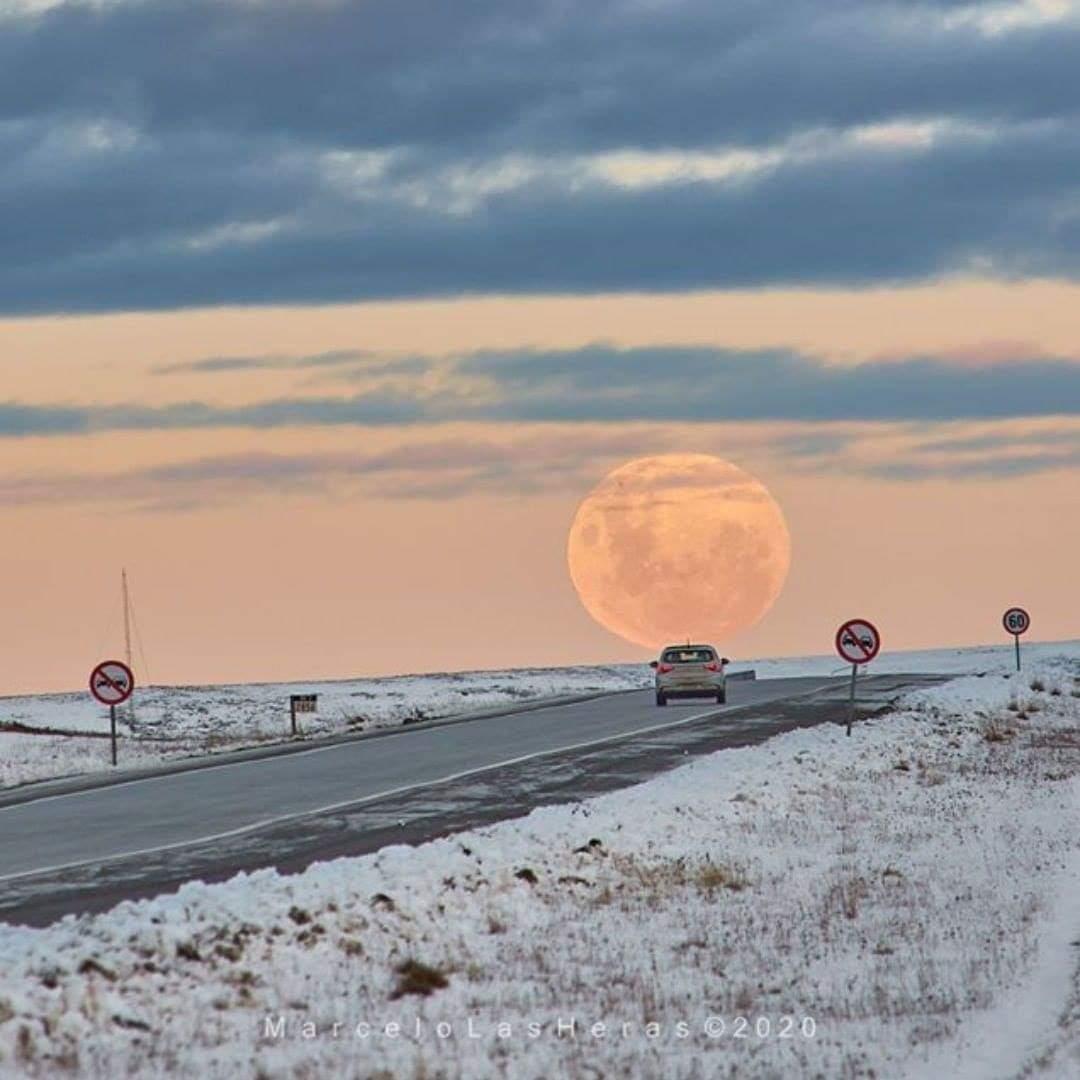 RT @RespiraArg: Luna llena de julio saliendo sobre la Ruta 3 en Río Grande. Tierra del Fuego. 📸 marcelolasheras https://t.co/GIxdVpPRLt