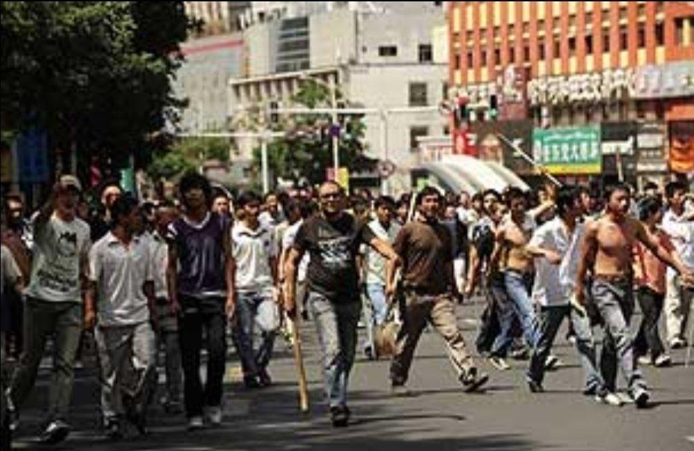 今天是维吾尔历史的最可发的一个日子。 七月七号乌鲁木齐各区下水道找到了170 多个被汉人打死的维吾尔族尸体! 七月七号当天被汉人打死的维吾尔族812 人! 七月七号当天 北门汉人挂了一个维吾尔族姑娘的头!  乌鲁木齐各地区被汉人打砸抢维吾尔人的商店餐厅。 维吾尔人永远不要忘记这个这个日子! https://t.co/dGp52Kyf3X