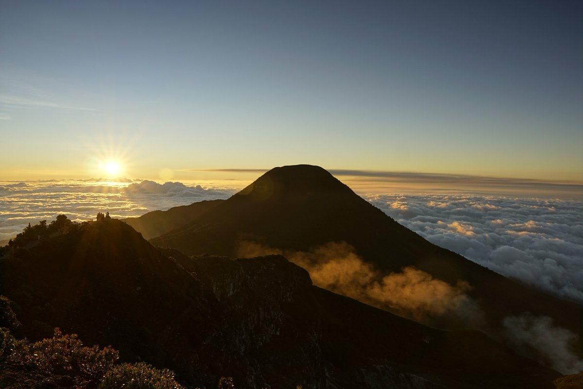Kalau gunung gede lagi cerah banget, indahnya luar biasa  . .  Gunung Gede, Bogor - Jawa Barat, Indonesia . . #pendakigunung #pendakiindonesia #gununggede #gunungpangrango #explorebogor #jawabarat #pesonaindonesia #exploreindonesia #travelblogger #folkindonesia #backpackerpic.twitter.com/90aeH3QLJz