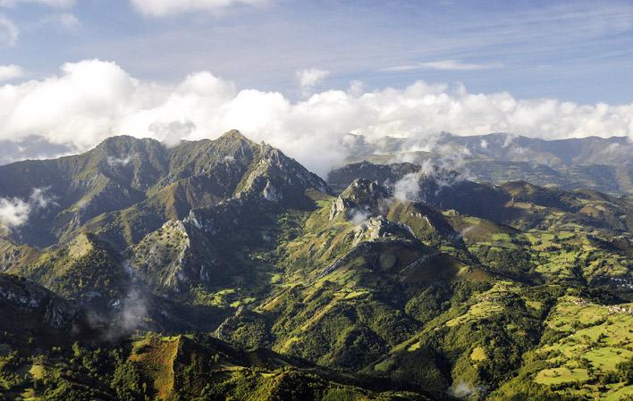 """🏔️ #Peñamea (1.557 m) ye'l monte que guarda, poderosu, los conceyos de #Llaviana y #Ayer. El so nome vien de PENA MEDIA(NA) (""""la del mediu""""), y lo cierto ye que nun hai descripción más sincera pa esti torruxón.  📸 @LavianaTurismo https://t.co/3nZdLQvpdf"""