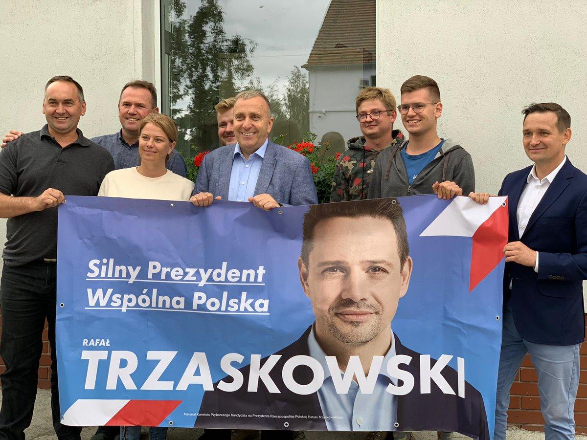Dzisiaj #TydzieńDlaRafała pod znakiem rozmów o problemach polskiej wsi i terenów rolnych. Świetne spotkanie w rodzinnym gospodarstwie w Brodziszowie. Wspólnie z wójtem w Dobromierzu i starostami w Dzierżoniowie i Ząbkowicach zachęcaliśmy mieszkańców do wsparcia #Trzaskowski2020 https://t.co/AgwB0nDEXa