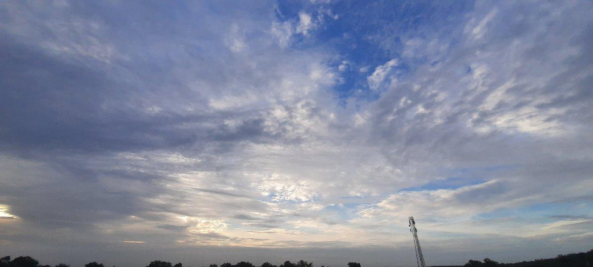 #skyscape #WeatherUpdate  #blueskies  #SkyF1 https://t.co/YXlWoimwpU