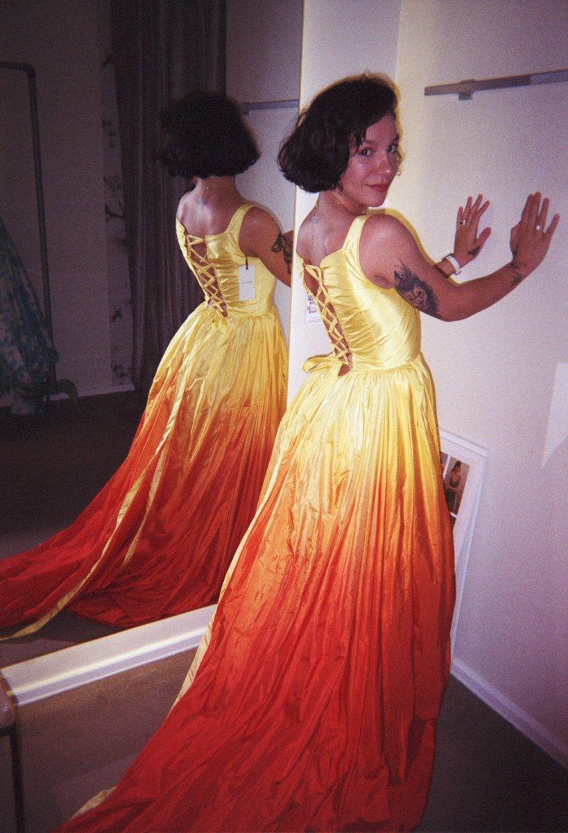 achei essas fotos analógicas da minha prova de vestido pro Grammy 🥺😍 https://t.co/NLGkkt1NyO