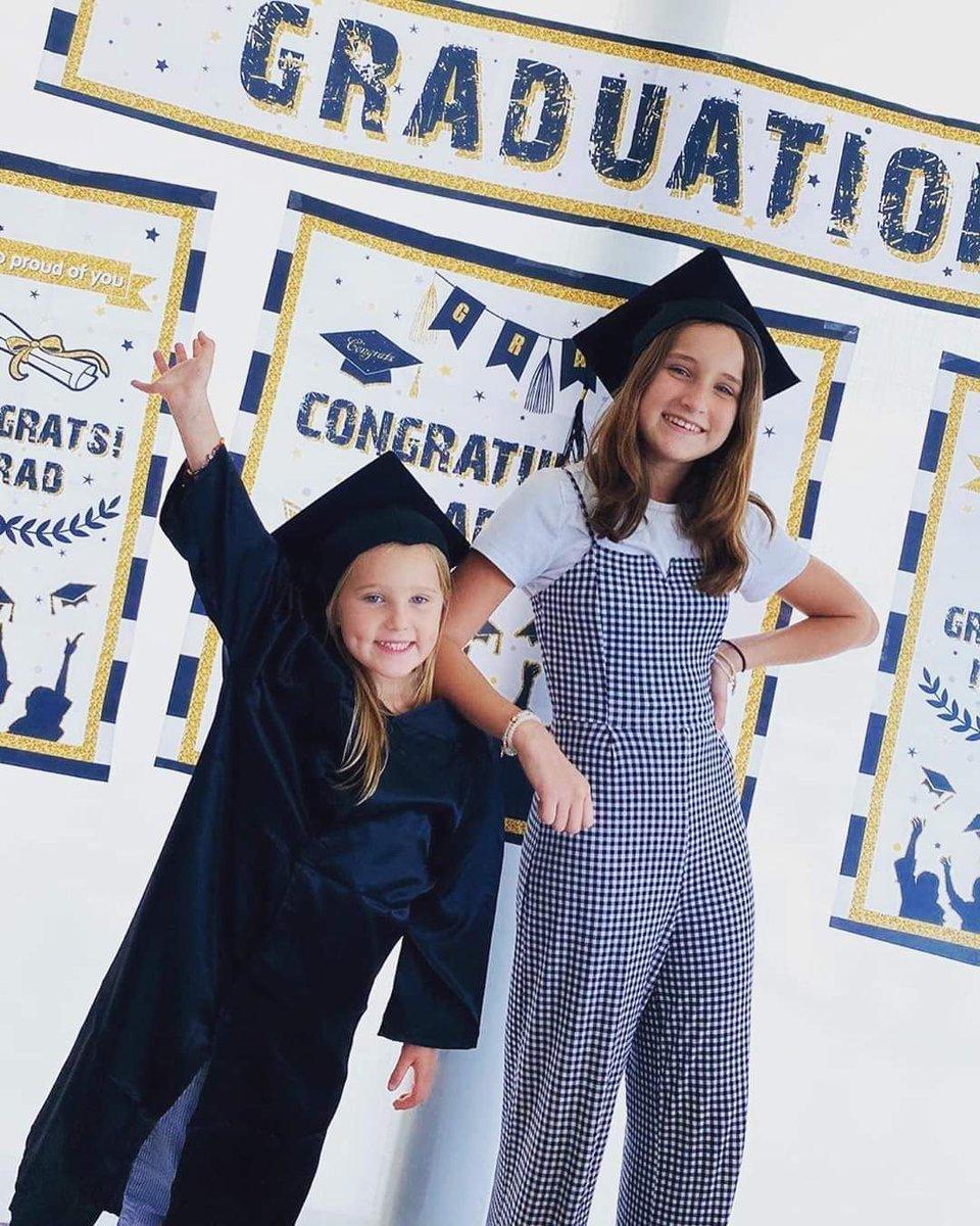 """Y se graduaron las hijas de la actriz mexicana #GeraldineBazan #Elissa de la primaria y #Miranda del kinder Felicidades 👏👏👏👏👏👏   """"Qué difícil ha sido este 2020, en especial para los niños...Hoy se graduaron mis dos #mosqueteras de kinder y primaria, fue algo tan extraño. https://t.co/7CqITpv83u"""