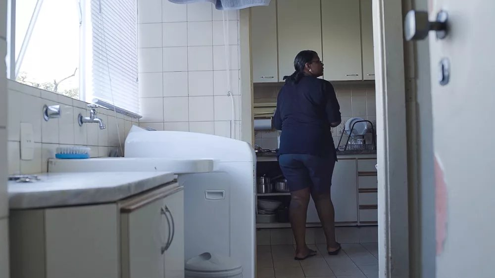 """O documentário nacional """"Aqui Não Entra Luz"""", de Karoline Maia, investiga a relação entre senzala e quarto de empregada, evidenciando dinâmicas escravocratas e racistas que permanecem até hoje. Saiba mais sobre o projeto:  https://t.co/myQ2TyeOlZ https://t.co/lEPrbI7bxM"""