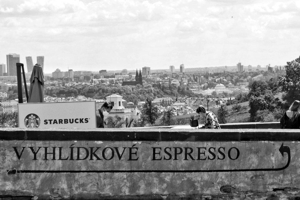 Vzhlížející káva... Praha 🇨🇿 2020 #vitas69 #vitashenclcom #fuji #xe1 #fujieurope #fujiczech #streetphotography #streetshot #streetphoto #street #streetlife #Prague #Praha #citylife #czechphoto #photooftheday #bnwphoto #bnwfuji #bnw #czechstreetphoto #praguecity #people https://t.co/Ancaqrvj5x