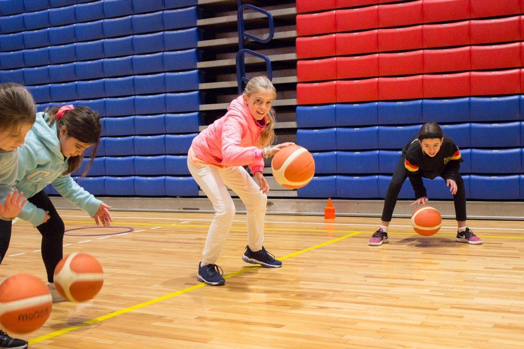 La escuelita de básquetbol femenino para niñas de 9 a 13 años formando (con protocolo sanitario) a las futuras deportistas de nuestro club. #darlotodo #valorespic.twitter.com/uk2gvM3xAh