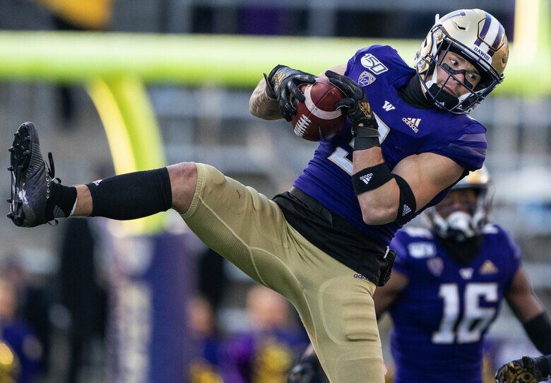 Some teams might knock him for his lack of size but certain players just play bigger than their measurables and scrappy @UW_Football CB Elijah Molden is one of them. Listed at 5-10, 191 lbs but plays bigger. @seniorbowl staff could watch his tape all day. #TheDraftStartsInMOBILE https://t.co/1DxLkz7yIn