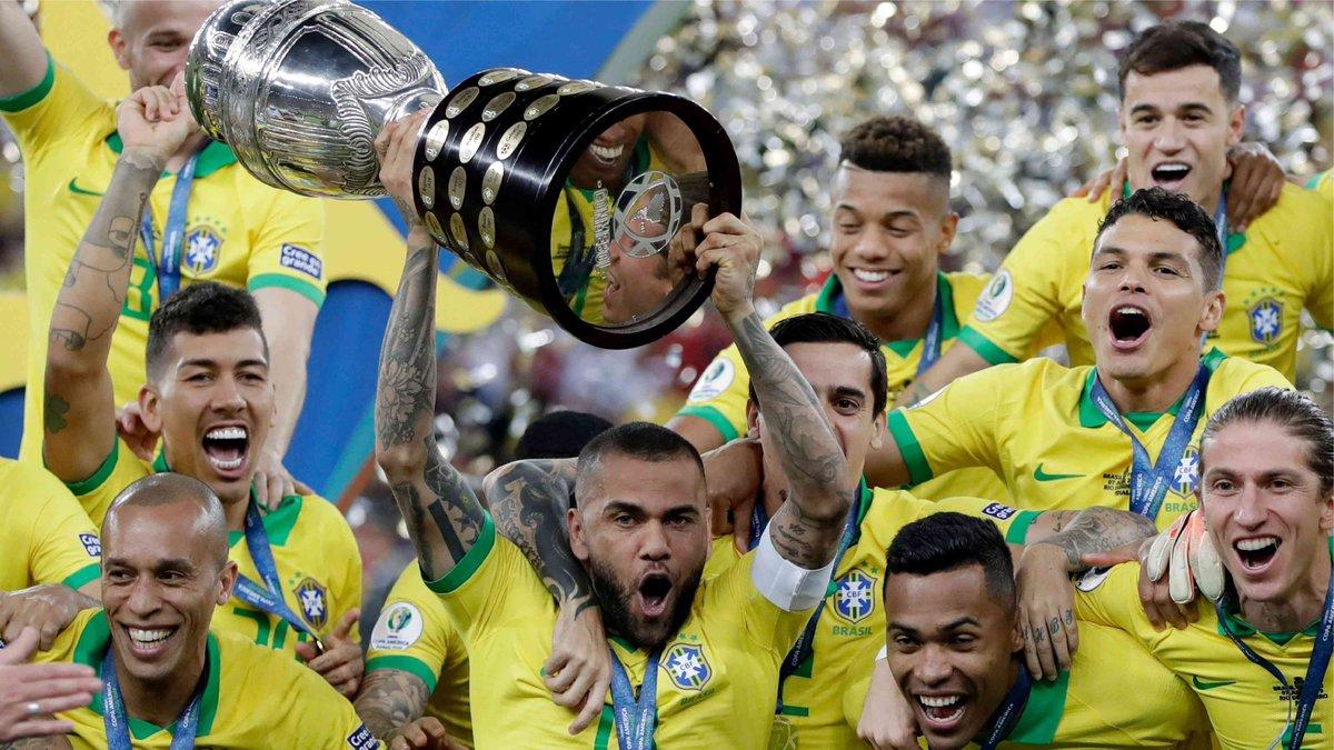 🏆🇧🇷 ¡La novena para @CBF_Futebol!  🔙 Hace 1 año, 'La Canarinha' ganaba la #CopaAmerica en casa con superioridad y rompió una sequía de 12 años sin ganarla.  🔝 @DaniAlvesD2 esa noche se convertía en el #MVP del torneo. https://t.co/VDuibEB9gn