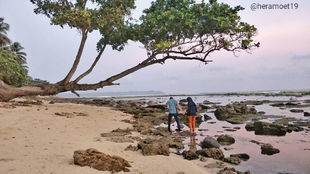 PANTAI KARAPYAK.. pantai yang berpasir putih dengan batu2 menghiasinya☺️ bagus banget nih untuk preweed🤭, eh maksudnya untuk foto-foto🤣, pantainya masih bersih nihhh karena pengunjung yang datang juga tidak sebanyak di pantai pangandaran hehee✌️ #pantai #pangandaran #Beach https://t.co/gAwroMICzN